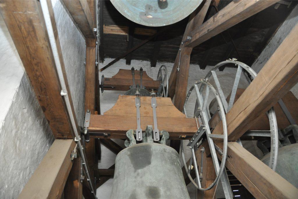 Beim genauen Hinsehen zeigen sich drei Glocken, die auf zwei Ebenen angebracht sind.