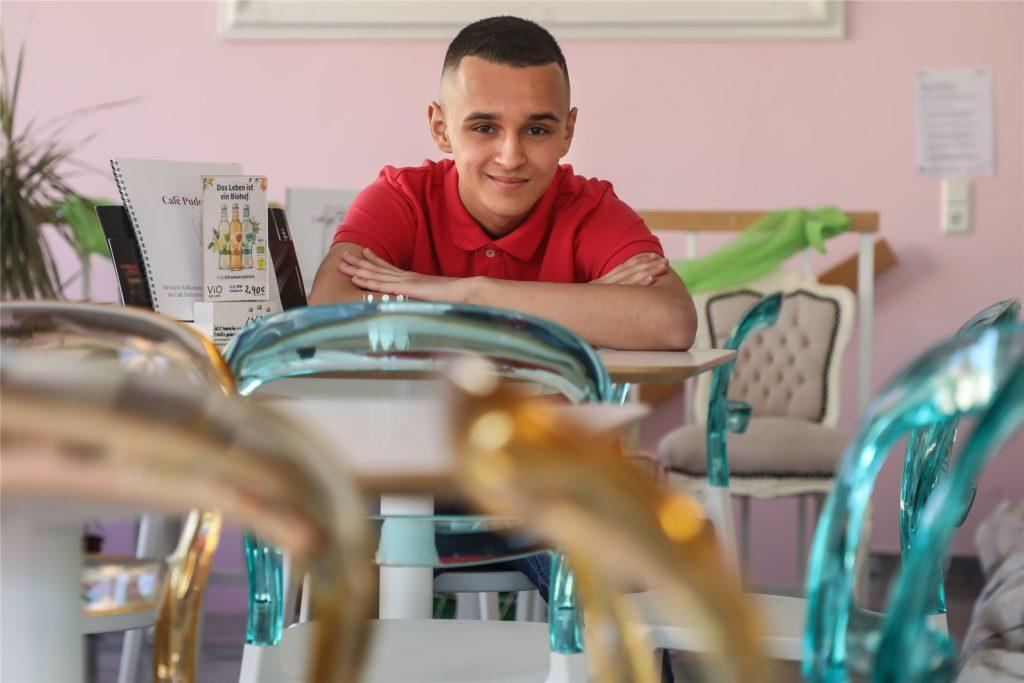 Amir Younes Gdamsi sitzt im Mai 2020 im Café Puderrosa in Asseln, das seiner Mutter Marta gehört und das er durch Online-Marketing bekannt machte.