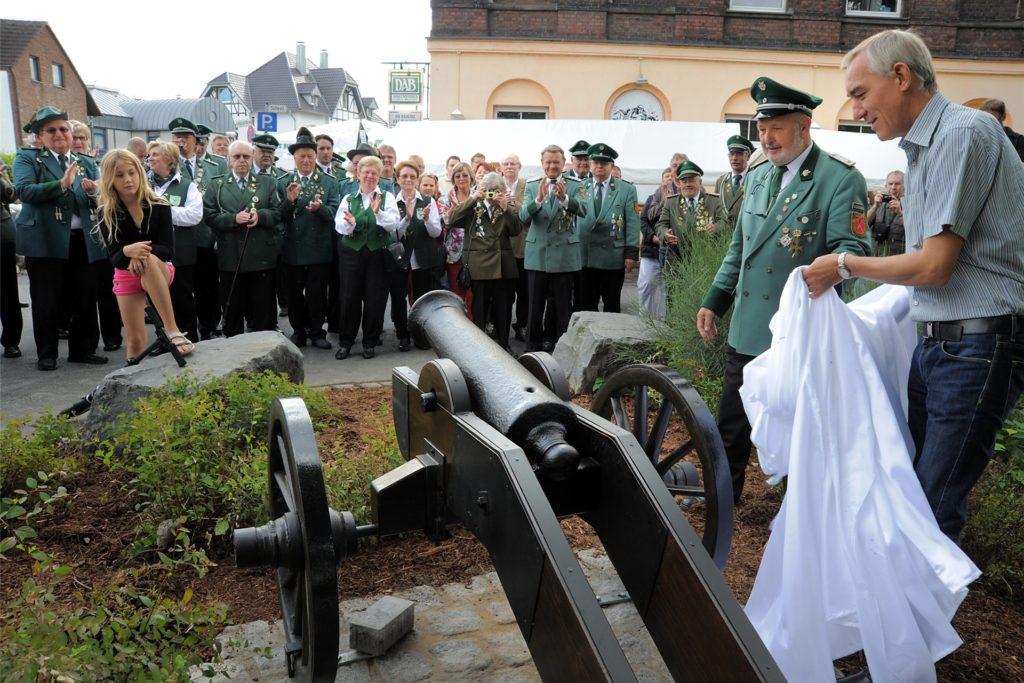 Mit einem Festakt und echtem Kanonendonner wurden die restaurierten Schützenböller im September 2012 vor der Strangbrücke Im Reiche des Wasser aufgestellt. Ehrenbürgermeister (v.r.) Heinrich Böckelühr und Schützenkaiser Rüdiger Sokolowsky enthüllten die neuen, alten Wahrzeichen.