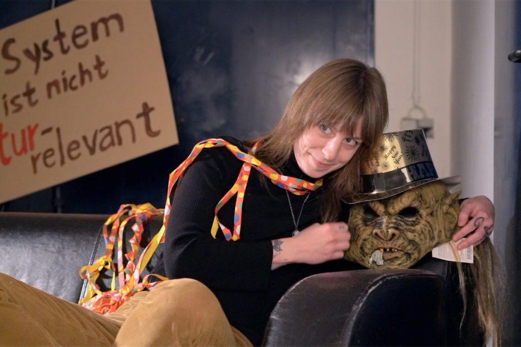 Mercedes Lalakakis (von der Band Daily Thompson) wird die MUK-Silvester-Show moderieren und dabei so manche Überraschung präsentieren.