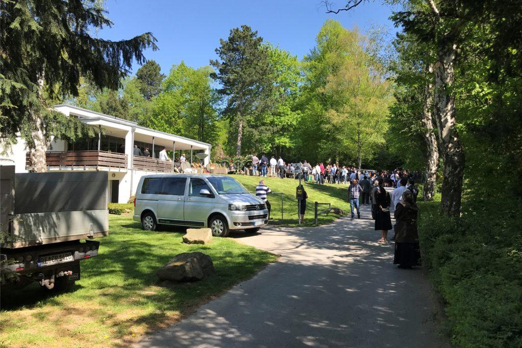 Auf dem Friedhof in Merklinde fand im Mai eine Trauerfeier mit mehreren hundert Personen statt. Begleitet wurde die Beerdigung vom Ordnungsamt und der Polizei.
