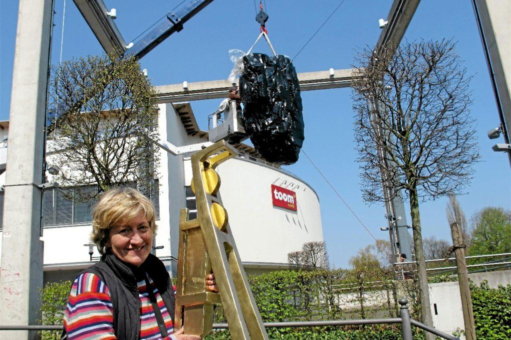 Kirsten Kaiser mit dem goldenen Förderturm, der auf den mächtigen Kohlebrocken gesetzt wurde.