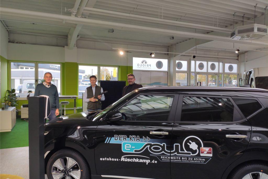 Der Priogo-Showroom im Haus Rüschkamp – mit Solar-Spezialist Kai Müller-Kreth, Joan Hendrik Rüschkamp vom gleichnamigen Autohaus und Timon Lütschen (v.l.), Geschäftsführer von Priogo. Der Kamener Politiker hat sein eigenes Unternehmen gegründet.
