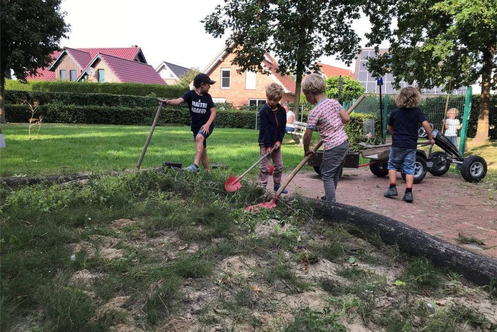 Till Farwick, Emil Kotte, Ferdinand Ewelt, Leopold Ewelt, Insa Kotte haben im Sommer bereits kräftig geschuftet für ihren neuen Spielplatz.