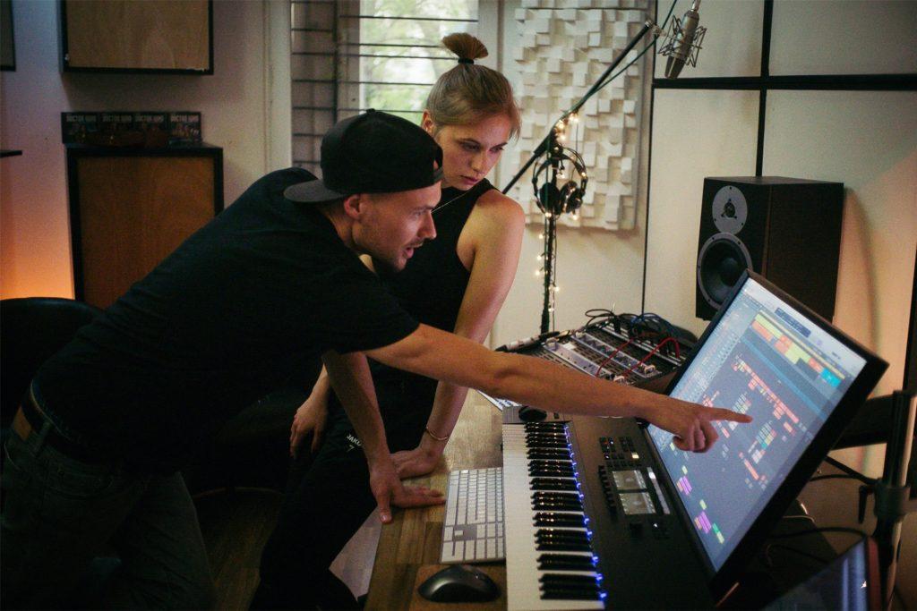 """In einem professionellen Studio konnten Hannah Zieziula und Alexander Khromov ihren Song """"Stranger Soul"""" perfektionieren. Mittlerweile hat er bei Youtube fast 30.000 Aufrufe."""