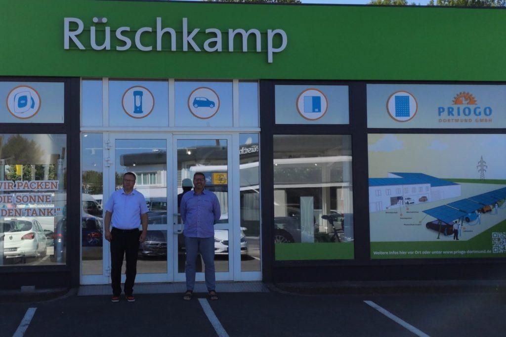 Grün ist die Hoffnung auf bessere Infrastruktur für E-Mobilisten. Der Kamener Ratsherr Timon Lütschen. Chef der Bündnisgrünen im Kreistag, gründete eine eigene Firma und siedelte sich im Autohaus Rüschkamp an.