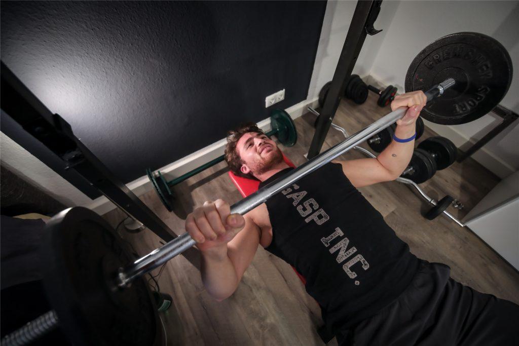 Im Lockdown trainiert der 22-Jährige zwischen Bett und Kleiderschrank.