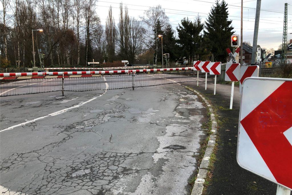 Ein Bild, das Husener kennen und fürchten: die heruntergelassene Schranke am Bahnübergang Husener Straße. Jetzt steht das Jahr 2026 als möglicher Baubeginn für eine Unterführung im Raum