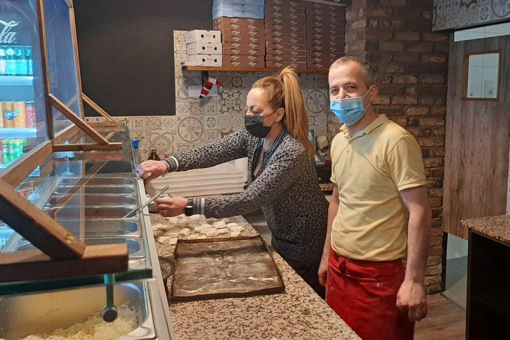 Rosetta und Bekir Raka bei der Zubereitung von Pizza. Ab 12 Uhr ist geöffnet.