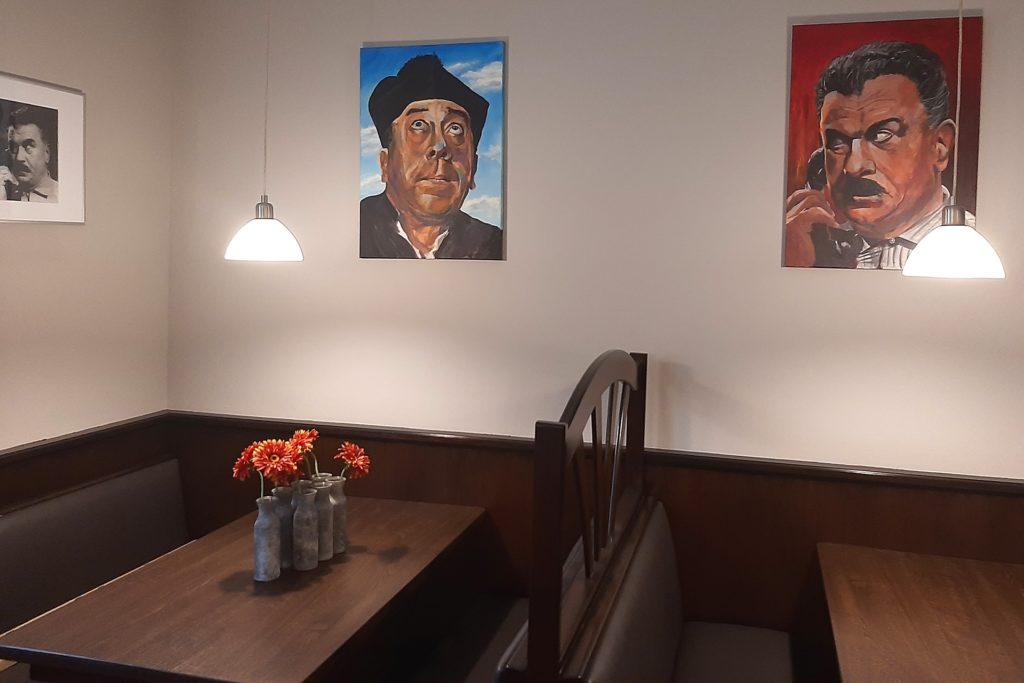 Die Bilder, die im Restaurant an der Wand hängen, hat ein Gast dem Restaurant vermacht. Hier richtet Don Camillo (l.) gerade einen flehentlichen Blick nach oben - die mögliche Wiederöffnug des Restaurants wäre für die Betreiber die Erfüllung des größten Wunsches.