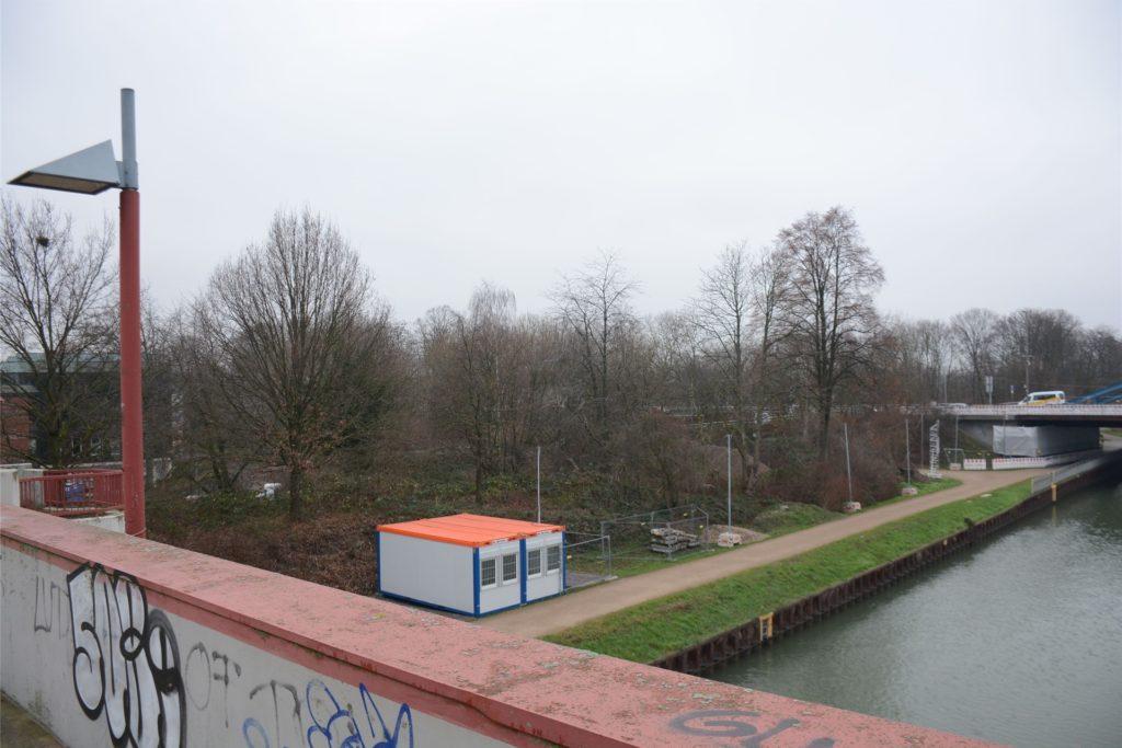 Auf der zugewachsenen Fläche zwischen Bundesstraße (hinten im Bild) und Petrinum-Parkhaus (links) soll ein Sportpark mit Grünfläche entstehen.