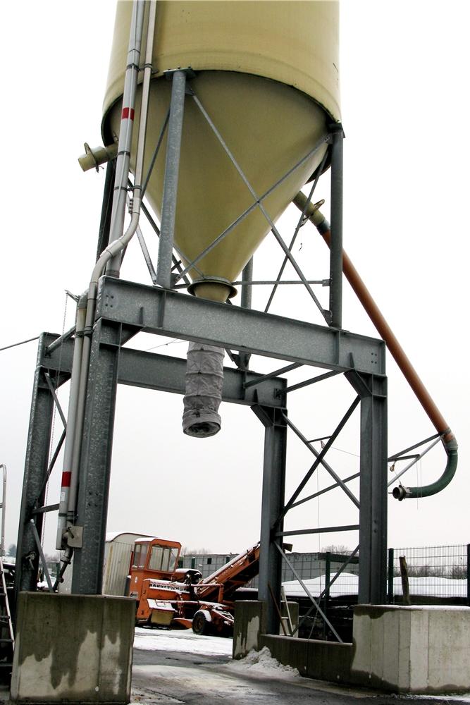 In diesem Silo haben 105 Tonnen Salz Platz - momentan ist es bis oben gefüllt.