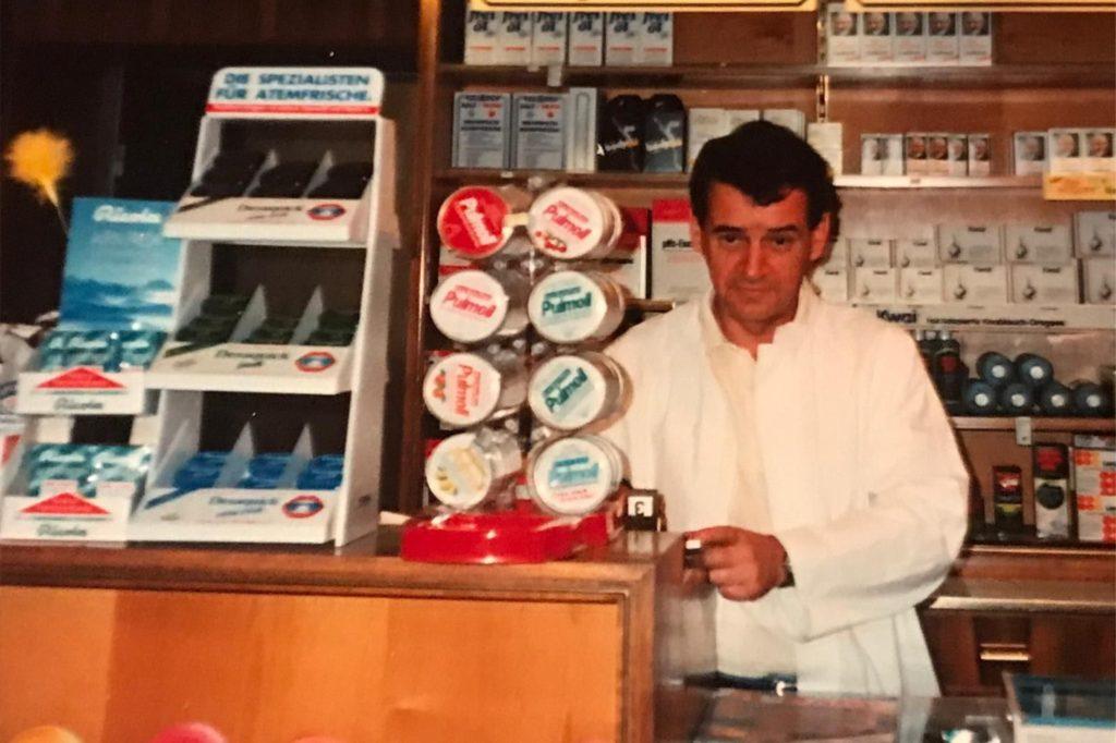 Ein Bild aus früheren Jahren: Volker Winkelmann hinter dem Verkaufstresen.