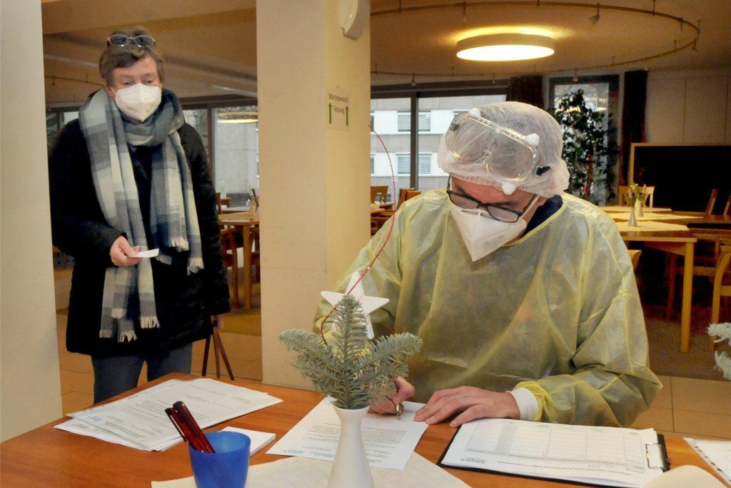 Martin Kolöchter, stellvertetender Vorsitzender des Roten Kreuzes Schwerte, übernimmt im Klara-Röhrscheidt-Haus ehrenamtlich die Buchführung für die Coronatests der Besucher.