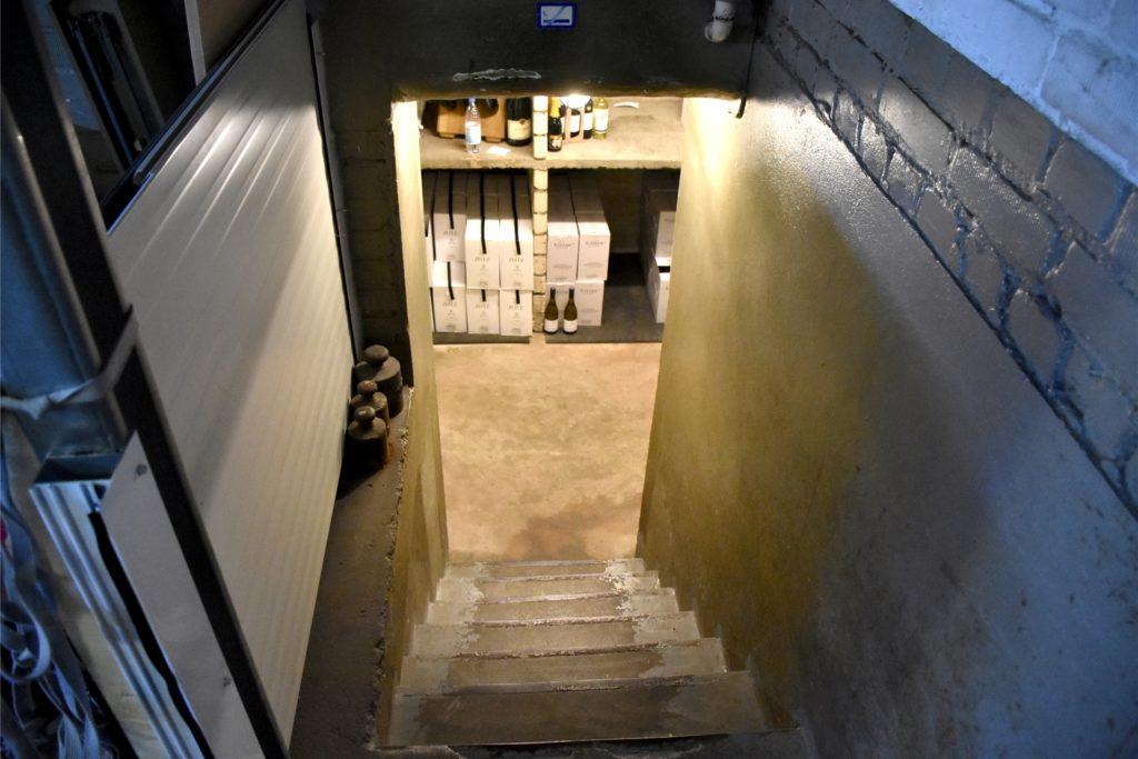 Über diese schmale Treppe werden alle Flaschen in den Keller eingelagert. Per Sackkarre.