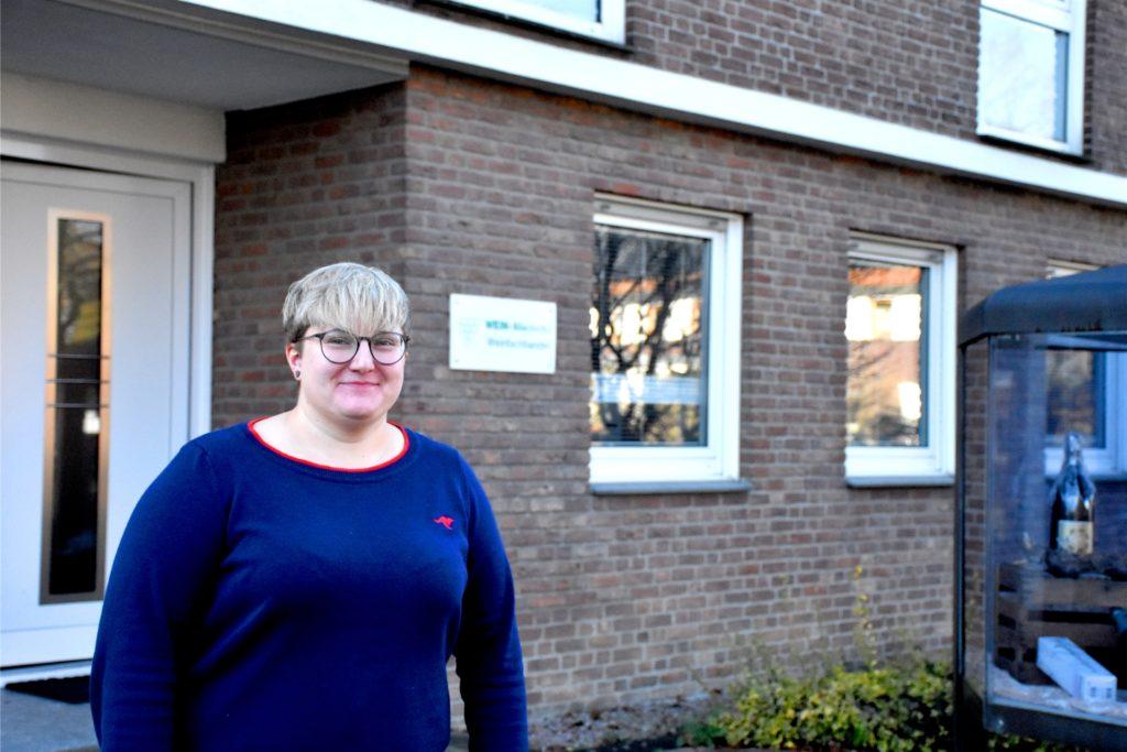 Anna Miedecke vor ihrem Eltern- und Geschäftshaus in der Kampstraße. Weil sie direkt über dem Geschäft wohnt, kennt sie keine Öffnungs- oder Arbeitszeiten.