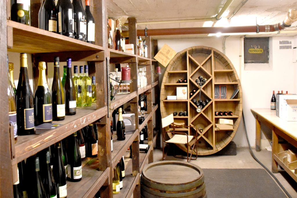 Ein Blick in den kleinen Verkaufs- und Verkostungsraum auf der ersten Kellerebene. Im Frühjahr 2021 möchte Anna Miedecke auch im Erdgeschoss des Gebäudes an der Kampstraße einen kleinen Verkaufsraum einrichten.