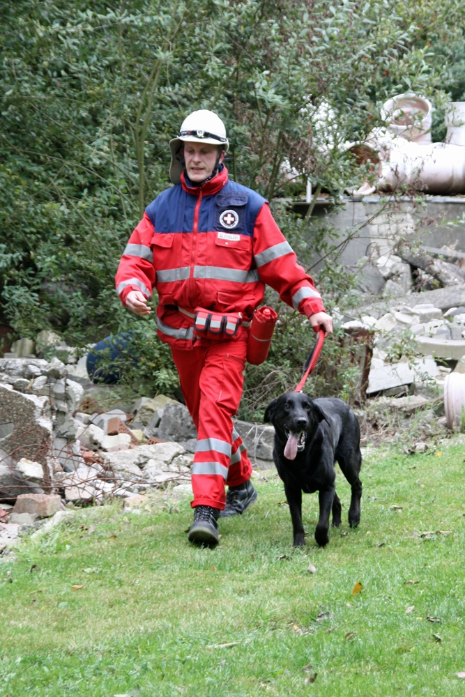 Dirk Heinbokel 2010 in Einsatzkleidung mit seinem damaligen von ihm ausgebildeten Rettungshund, dem Labrador Bilbo.