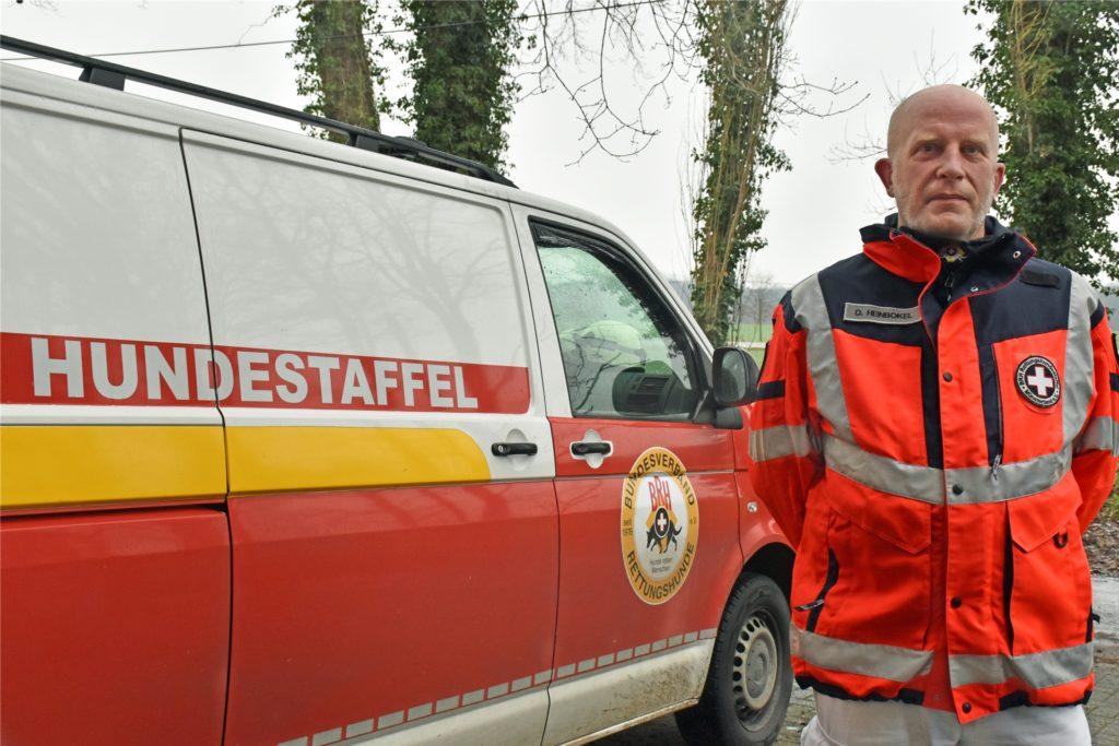 Dirk Heinbokel ist der Zugführer und Einsatzleiter beim Verein Rettungshundestaffel Münsterland. Mit seinem Bulli ist er zu Einsätzen und zum Training in Coesfeld unterwegs.