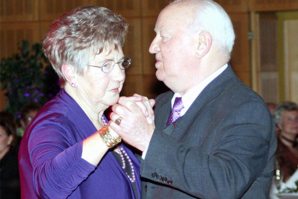 Feierten als Ehrengäste ihre Diamantene Hochzeit in der Stadthalle: Hetty und Heinz Bendig beim Silvesterball  vor zehn Jahren.