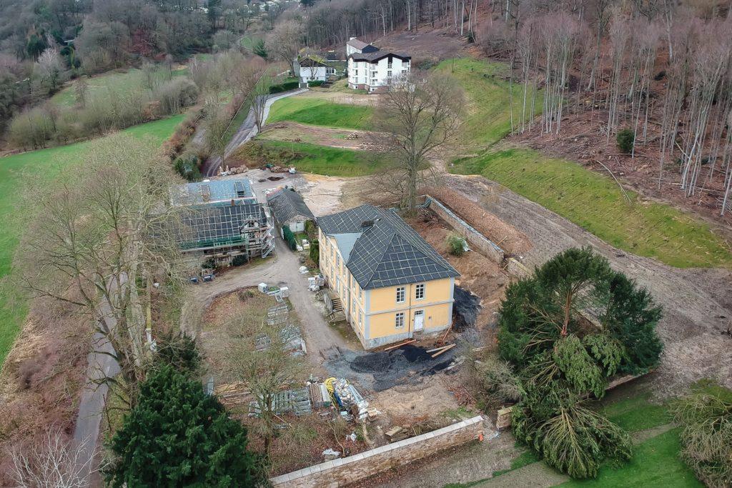 Aus der Luft sind die verschiedenen Gebäude des ehemaligen Adelssitzes gut zu erkennen. Eine Natursteinmauer umgibt die gesamte Hofanlage.