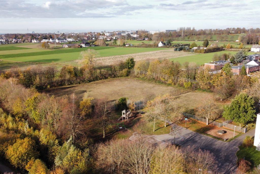 """Auf dem Gebiet des alten Sportplatzes der Emschertal Grundschule soll bald die """"Tiny Village"""" entstehen."""