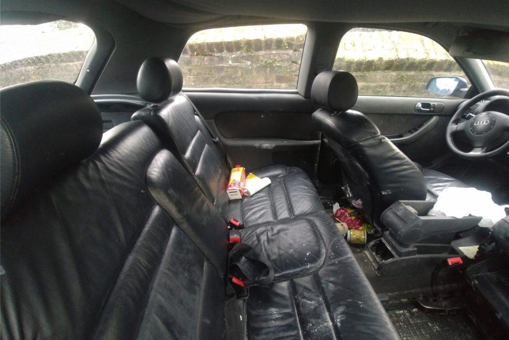 Auch das Innere des Wagens lässt den Verdacht aufkommen, dass der Besitzer das Auto für immer verlassen wollte.