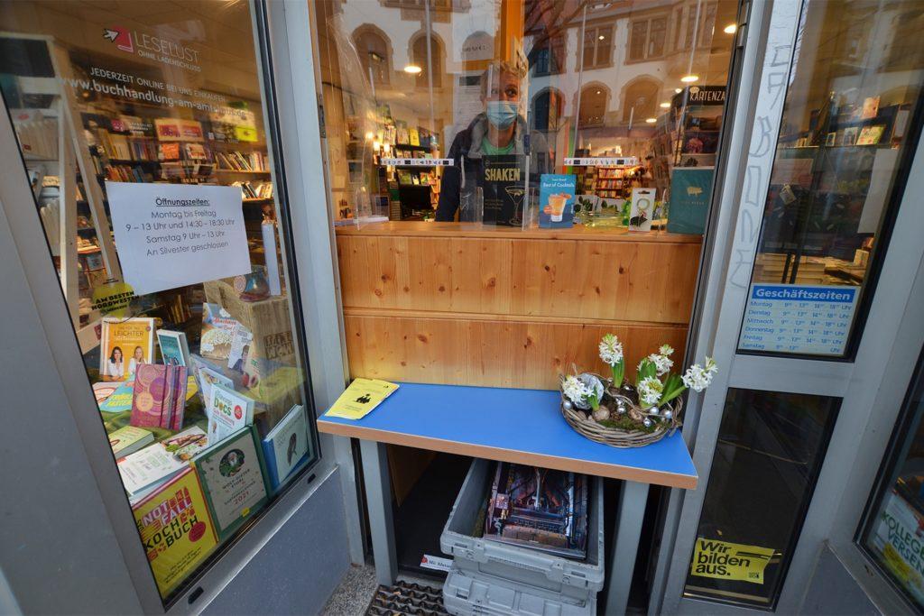 Improvisierter Ausgabe-Schalter: Große Bücher schiebt Buchhändler Michael Nau aus Mengede in einer Kiste auf einem Rollbrett zu den Kunden.