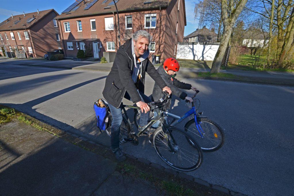 Beim ersten Lockdown im Frühjahr lieferte Michael Nau Buchbestellungen per Fahrrad aus.