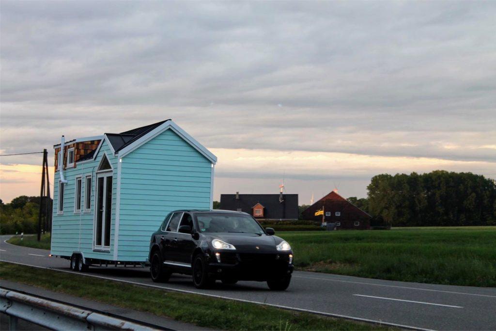 Als Pkw-Anhänger ging Kathi Wilmers Tiny House im Frühjahr auf die Reise von der Holzwerkstatt in Bad Bentheim zu seinem Bestimmungsort in Stadtlohns Umgebung. Und das Haus bleibt mobil - falls die Hausherrin noch einmal umziehen möchte.