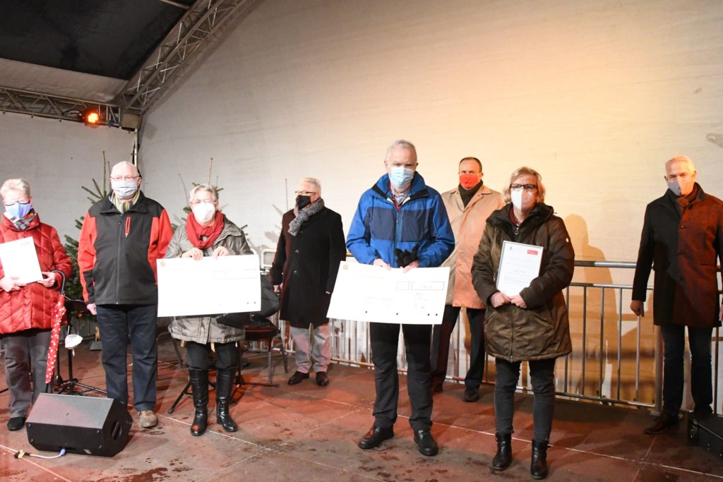 Vertreter der Tafelausgabestelle Olfen und der Martinsgesellschaft nahmen die Preise entgegen.