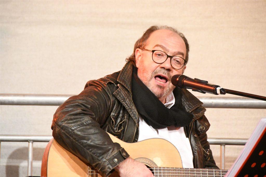 Santiago Prats war kurzfristig für die Band Derose eingesprungen und bestritt im Anschluss an die Preisverleihung das letzte Konzert der Weihnachtskonzertreihe.