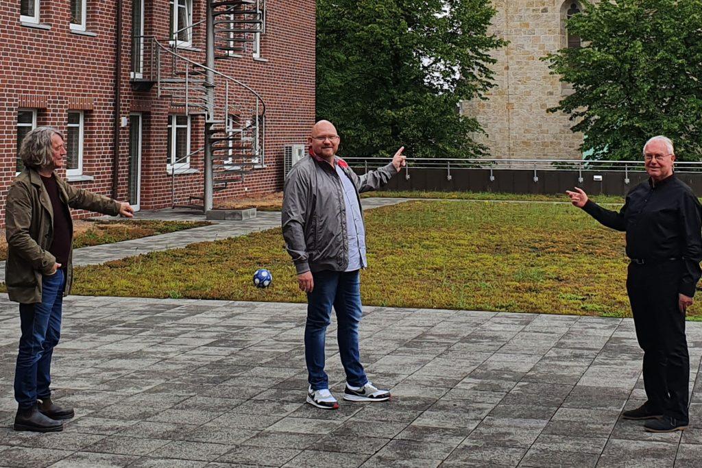 Bauherr Hein Send (rechts), Kay Störmer (Mitte) und Architekt Gerhard Gruschczyk auf der Dachterrasse, wo ein Teil des neuen Gesundheitszentrums entstehen soll.