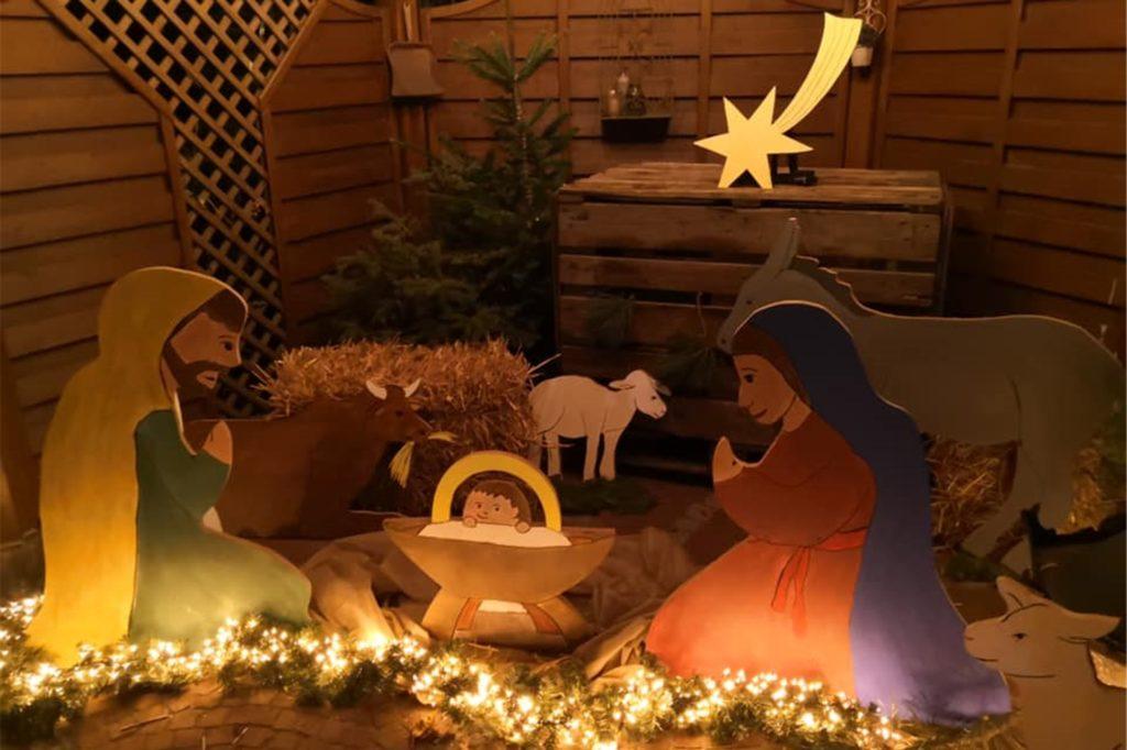 """Bei Familie Krieger aus Stadtlohn steht eine Krippe im Pavillon. Die großen Figuren sind umgeben von Stroh und bunten Lichtern. """"Wir haben dieses Jahr eine XXL- Krippe gebaut. Unsere Kinder sind begeistert"""", schreibt unsere Leserin Petra Krieger."""