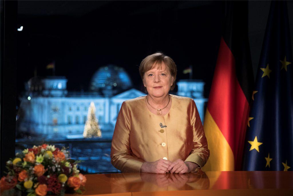 Bundeskanzlerin Angela Merkel (CDU) spricht bei der Fernsehaufzeichnung ihrer jährlichen Neujahrsansprache im Kanzleramt.