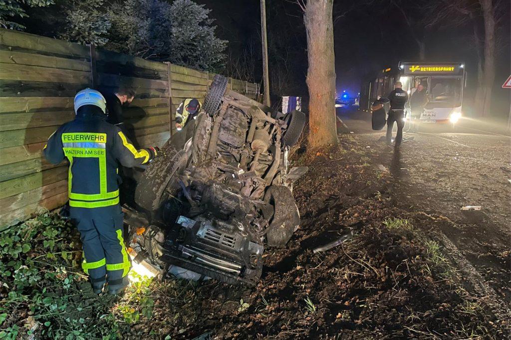 Die Feuerwehr musste den Fahrer mit einem Spezialwerkzeug befreien.
