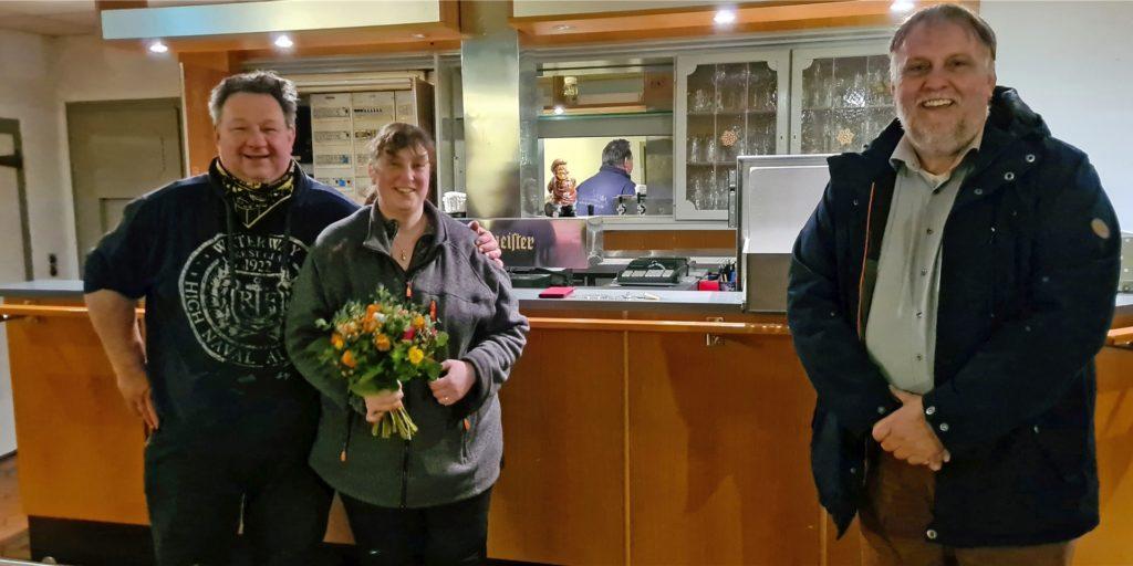 Begrüßung mit Blumen: Stefan Wiesebrock (r.), Präsident des Lüner Schützenvereins von 1332, freut sich über die neuen Pächter Michael Schlottke und Dajana Bracke.