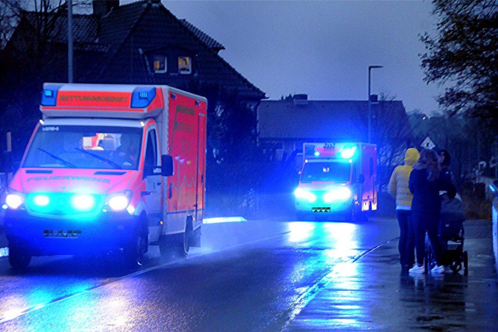 Mit Blaulicht eilen drei Rettungswagen hintereinander über die Autobahnbrücke Ostberger Straße in Richtung Krankenhäuser.