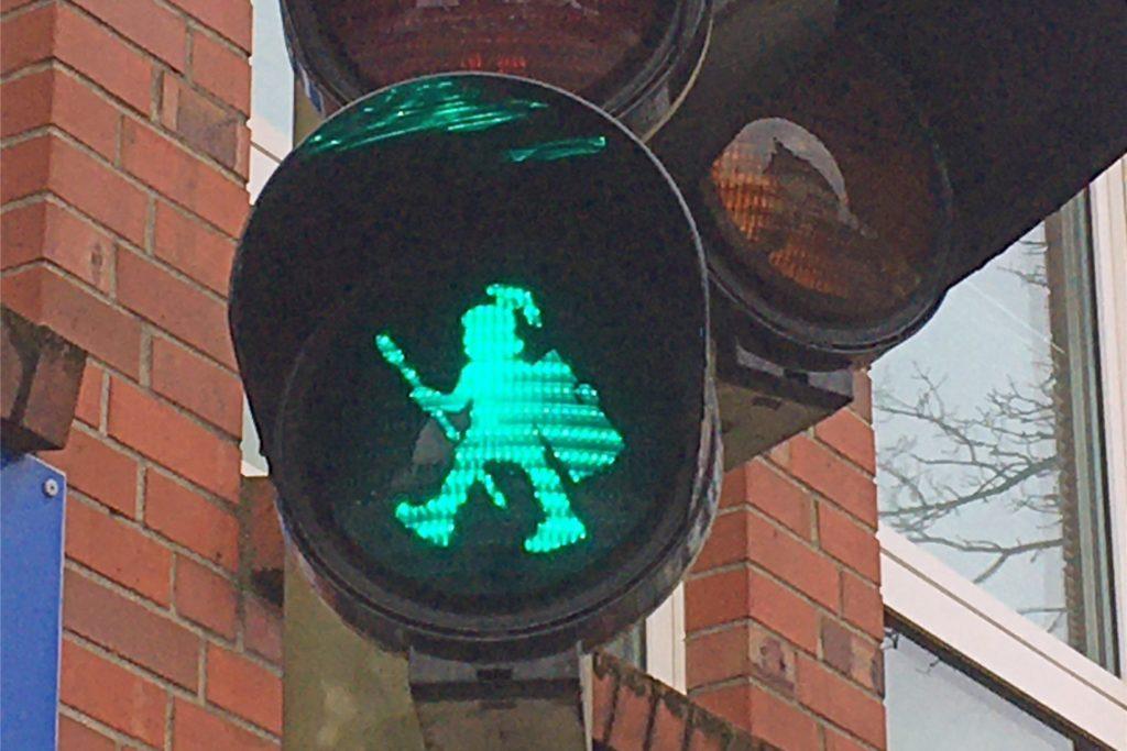 Ein Römer weist den Fußgängern den Weg.