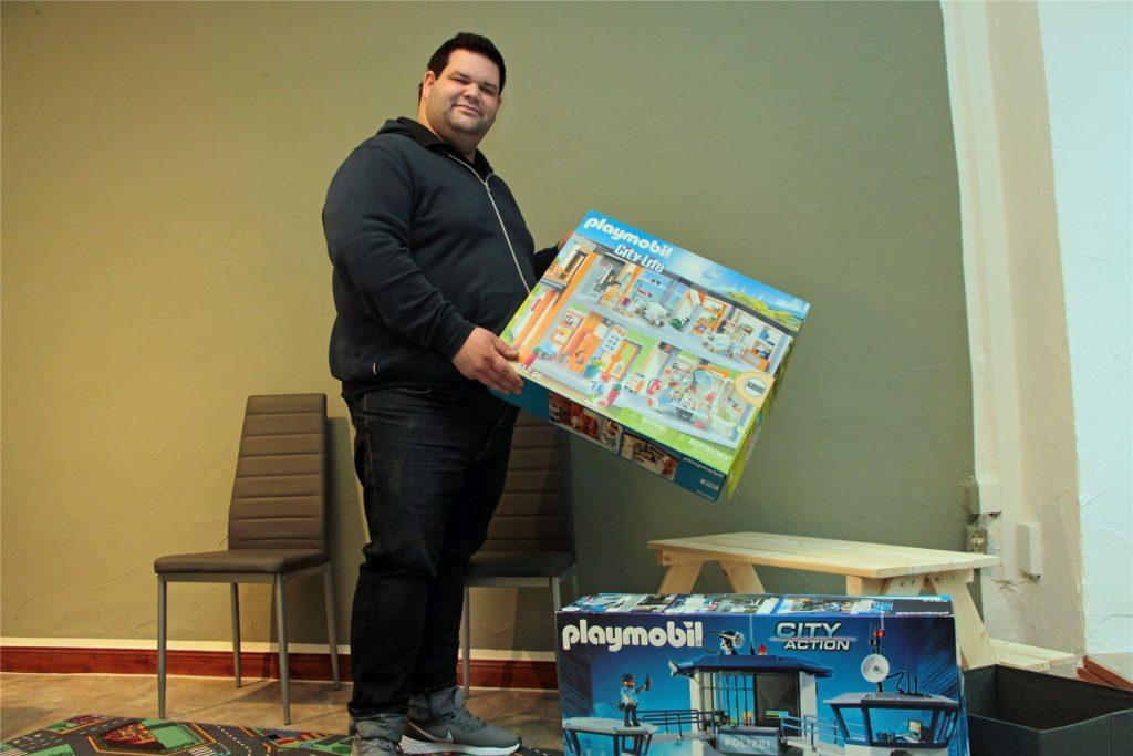 Christopher Werner mit Spielzeug für die kleinen Patienten.