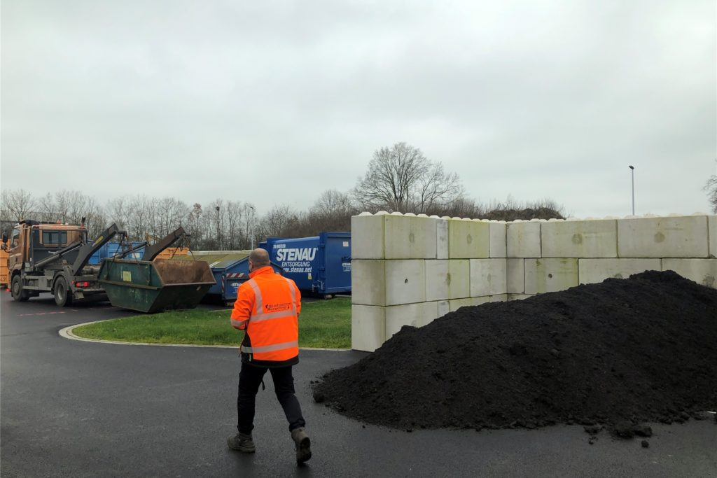 Die kostenlose Komposterde eigne sich hervorragend als Rasendünger, sagt EGW-Geschäftsführer Peter Kleyboldt.