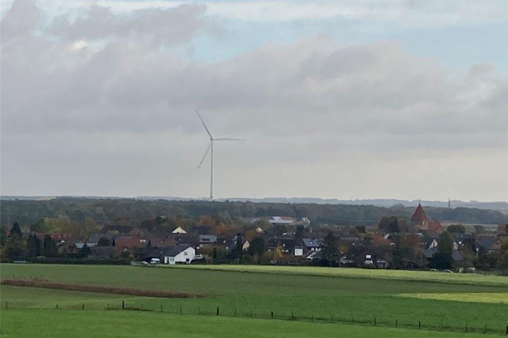 Das Windrad beim Hof Sebbel zwischen Flaesheim und Hullern steht seit Wochen still.