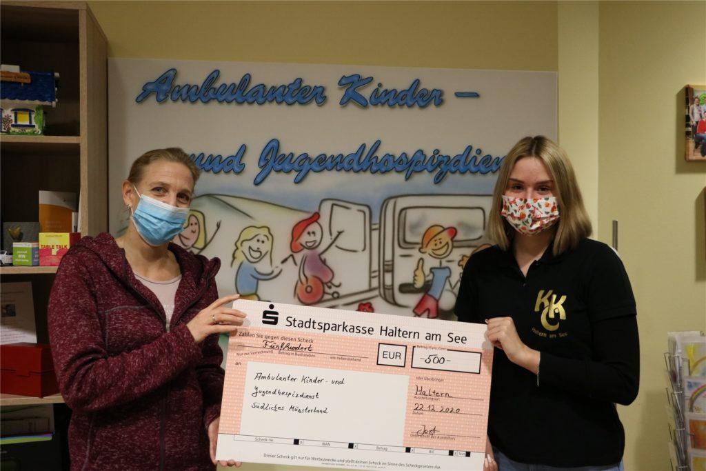 Der KKC Haltern am See - hier vertreten von Mitglied Kimi Jost (r.) - konnte kurz vor Weihnachten einen Scheck in Höhe von 500 Euro an Yvonne Steinbuß vom Ambulanten Kinder- und Jugendhospizdienst Südliches Münsterland überreichen.