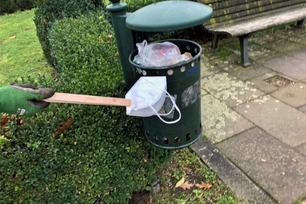 Eine alte Grillzange hilft beim Aufklauben. Manchmal hat man Glück und ein Mülleimer ist in der Nähe.