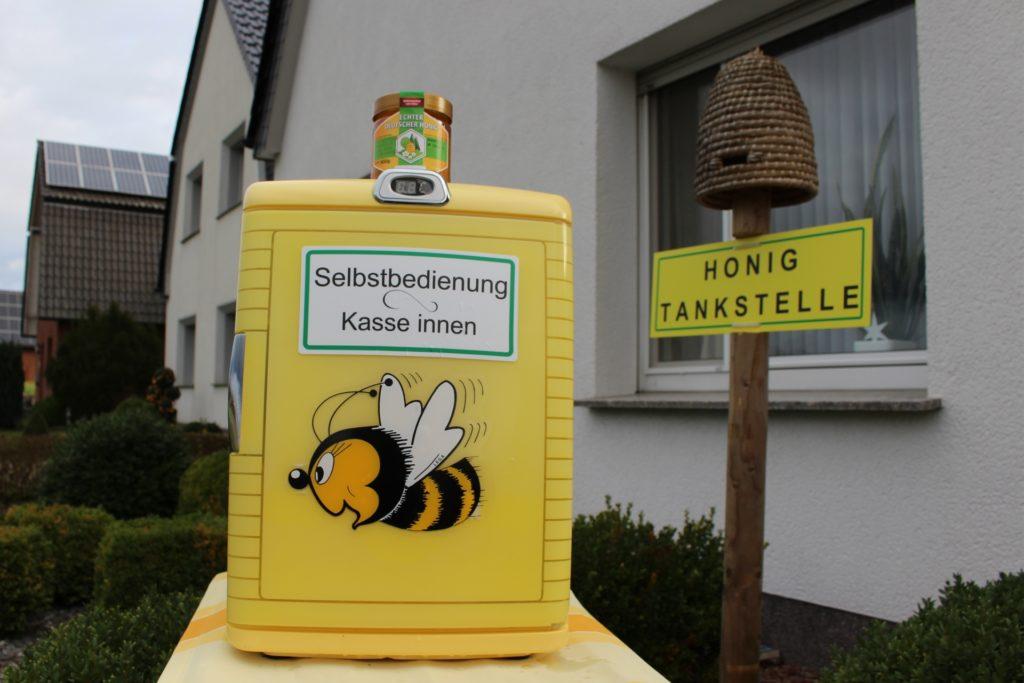 So sieht der kleine gelbe Kasten aus, in dem sich die Kunden selbst bedienen können.