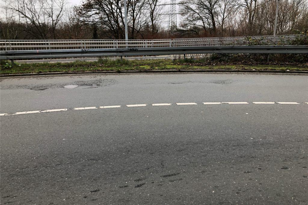 Handelt es sich hier - auf der Flughafenstraße im Kurvenbereich Richtung Scharnhorst kurz vor der Bahnüberführung - um eine gestrichelte oder um eine durchgezogene Linie, die lediglich etwas schadhaft ist? Wenn Letzteres der Fall ist, muss sie ausgebessert werden