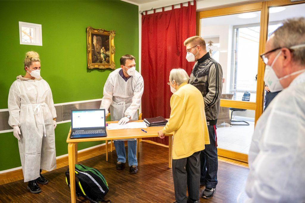 Dr. Friedhelm Bous, hier mit einer medizinischen Fachangestellten, registriert die Bewohner vor der Impfung.