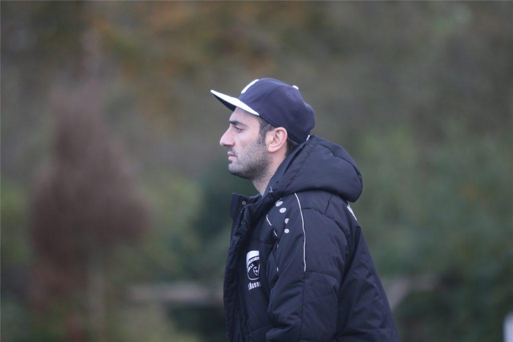Daniel Eroglu war bis letzte Saison Co-Trainer der ersten Mannschaft und pendelt mittlerweile zwischen der Ersten und Zweiten hin und her.