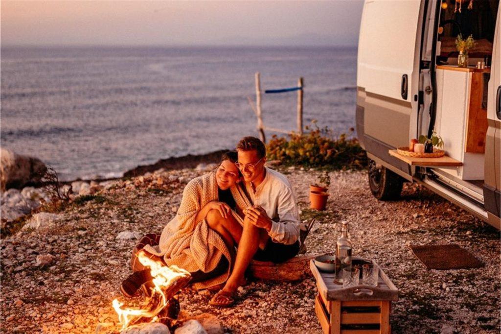 Lagerfeuerromantik am Mittelmeer: Das Paar überwintert in Griechenland. Das Bild entstand auf der Insel Lefkada. Wohin es demnächst weiter geht, ist noch nicht klar.
