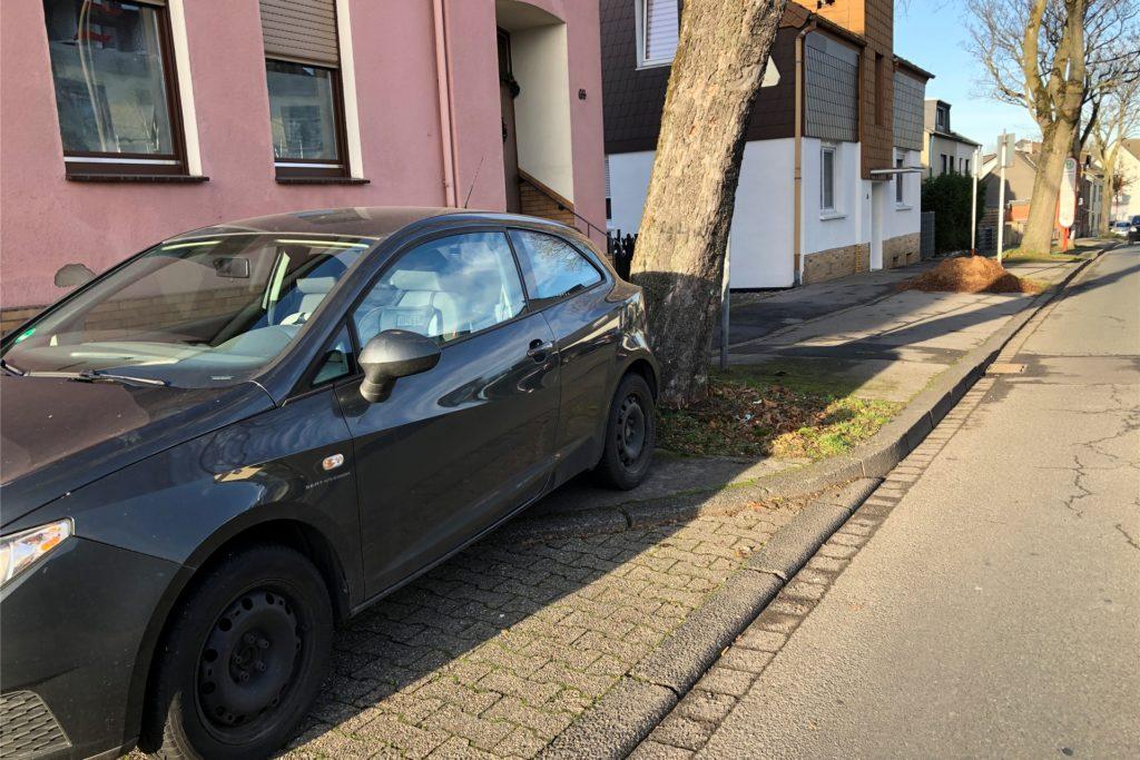 Dieses Auto parkt verbotenerweise am Rand der Straße Im Schellenkai, weil es die Sicht für Autofahrer behindert, die aus dem Derner Kippshof kommen. Ein Poller soll das demnächst verhindern.